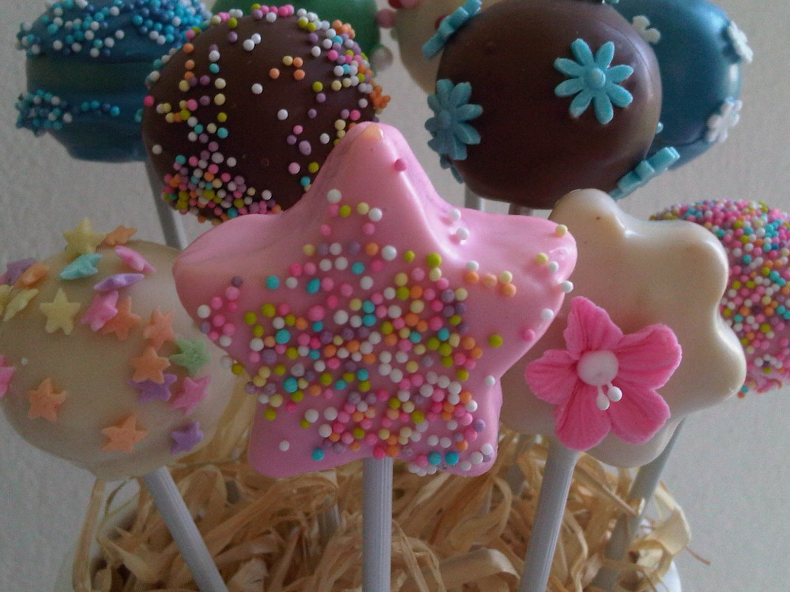 cake pops decorados con granas, florcitas
