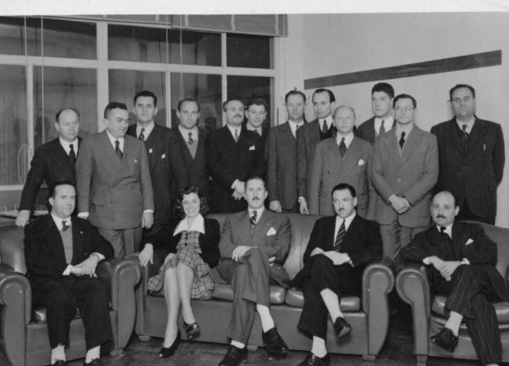 Los miembros de la Sociedad Argentina Interplanetaria (SAI). Sentado al centro del sillón, el Ing. Teófilo Tabanera, pionero de la cohetería argentina, fundador de la SAI, y primer director de la Comisión Nacional de Investigaciones Espaciales (CNIE), la agencia espacial argentina y primera en Latinoamérica.