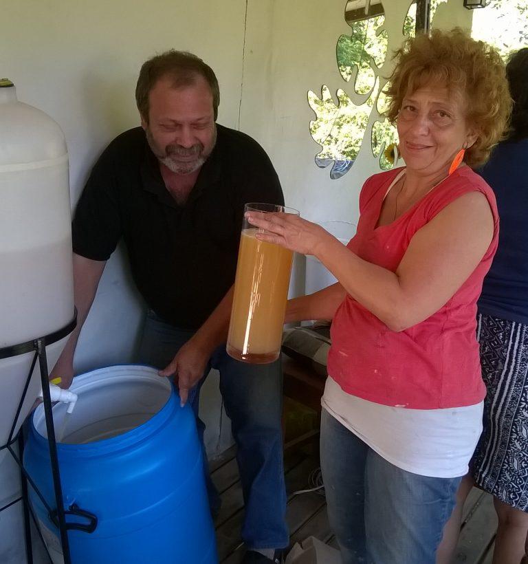 Eduardo Prieto y Marta Mattone, productora del Delta de Tigre, preparando hidromiel. Foto: gentileza de los docentes.