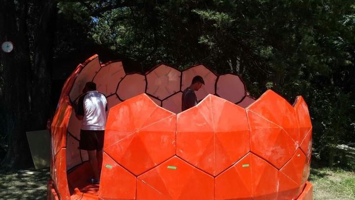 El color naranja es parte del código de sitios rodeados por la nieve. Y la estructura semiesférica está inspirada en la Naturaleza, en lugares como colmenas o nidos, porque permite que el aire se mueva en forma circular y el calor se distribuya de manera uniforme.