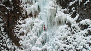Searching por Christman tree, la historia de un profesor que abandona su rutina para escalar una cascada helada.